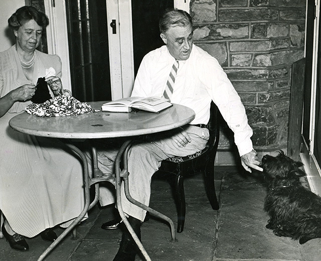 1US-10-F1941-4 (966281) Franklin and Eleanor Roosevelt with dog Roosevelt, Franklin D.; 32th President of the USA (1933-45); Hyde Park (N.Y., USA) 30.01.1882 - Warm Springs (USA), 12.4.1945. - Franklin Roosevelt and his wife Eleanor with their Scotch terrier Fala on the terrace of his house in Hyde Park, New York (USA). - Photo, 1941. (Newscom TagID: akgphotos260251.jpg) [Photo via Newscom]